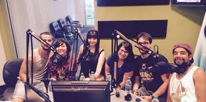 El grupo en una de las entrevistas en emisoras de radio. / PM