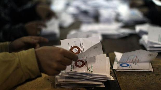 <p> Recuento de papeletas del Refer&eacute;ndum Constitucional en Egipto (Foto: AFP).</p> ,