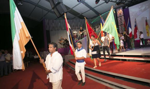 Desfile de banderas en el festival. / La Provincia Diario de Las Palmas,