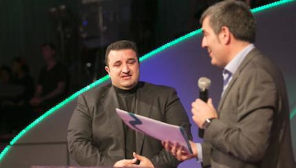 El presidente de la Comunidad Fernando Clavijo entrega el documento al pastor Ángel Manuel Hernández. / La Provincia