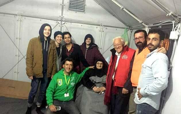 Una familia de refugiados, durante la visita con REMAR del Padre Ángel,ayuda refugiados,, ONG REMAR