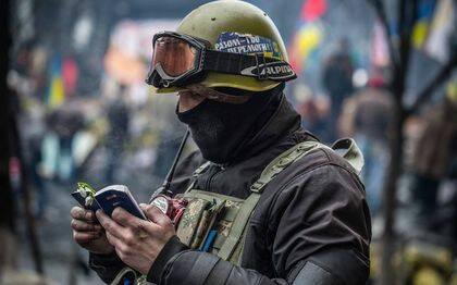 Un soldado lee la Biblia en Ucran