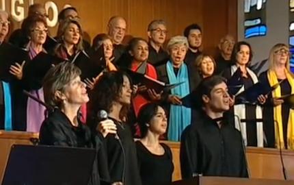 El coro interpretó varios himnos y canciones.