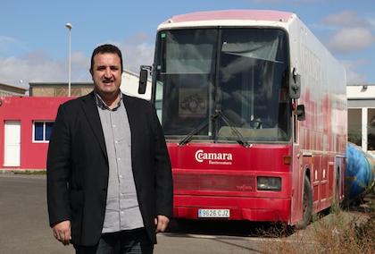 Ángel Manuel Hernández, pastor de la Misión Cristiana Moderna, delante del autobús que será preparado. / Javier Melián, Acfi Press,