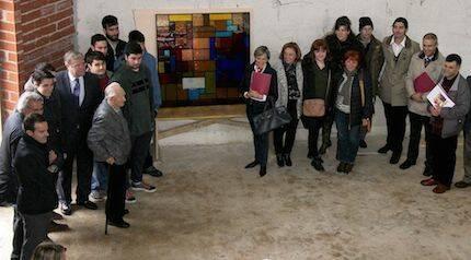 Los operarios colocan la vidriera elaborada por los alumnos de la Escuela de Arte. / Peio García