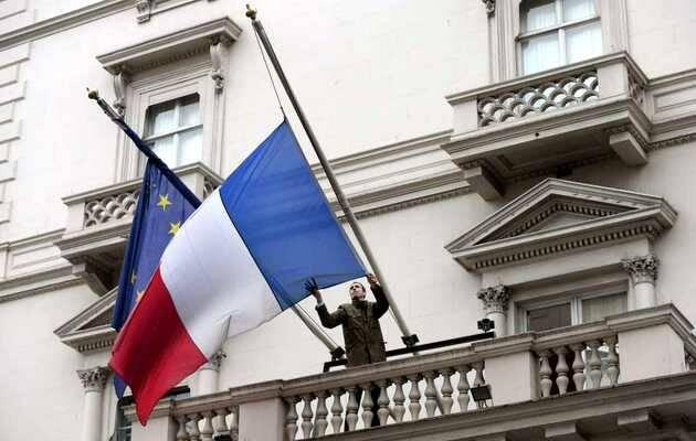 Banderas francesa y europea a media asta en señal de duelo,bandera Francia, media asta