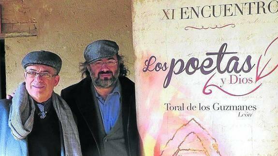 Corral y Alencart, organizadores del evento, junto al cartel del año pasado. / El Norte de Castilla,