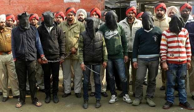 <p> Los seis violadores detenidos, encadenados y encapuchados</p> ,