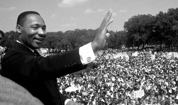 <p>Martin Luther Ling Jr. saluda durante una marcha multitudinaria.</p>,
