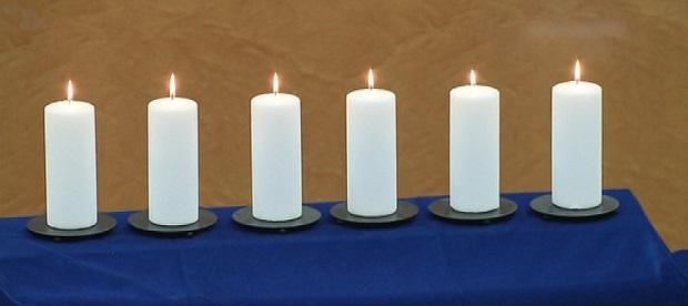 <p> Velas encendidas en homenaje a las v&iacute;ctimas del Holocausto, en el Senado.</p> ,