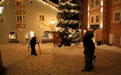Dos vecinos vestidos de Krampus en Gröden, Austria / D. Kostener