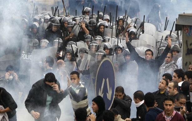 <p> Enfrentamientos entre la polic&iacute;a y manifestantes, el viernes pasado en El Cairo.</p> ,