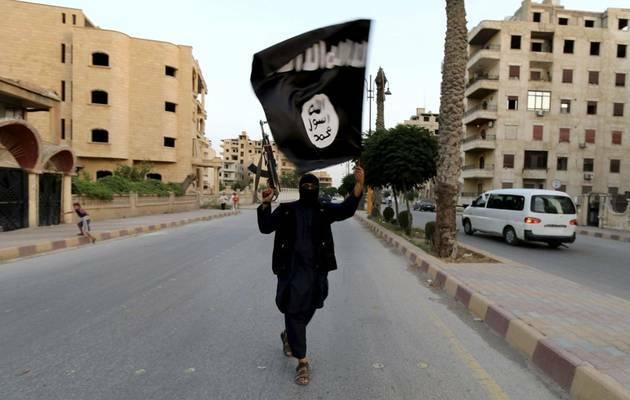 Un miliciano de Daesh en las calles de Raqqa / Reuters,miliciano Daesh, Estado islámico