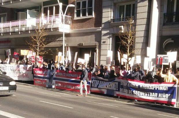 Manifestación frente al consulado de Noruega en Barcelona, este viernes 8 de enero.,