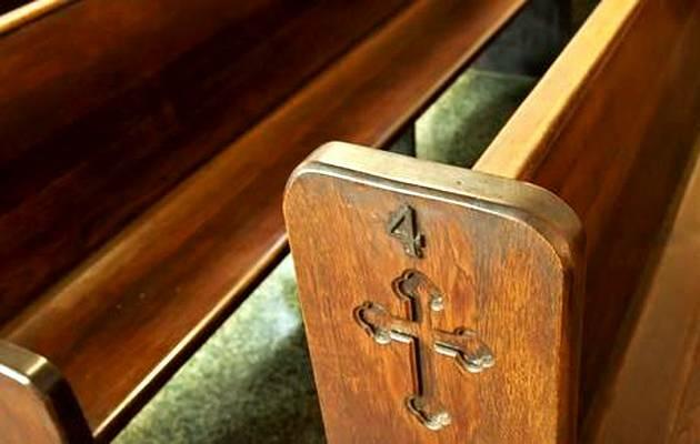 Bancos vacíos de una iglesia episcopal / Premier,iglesia anglicana, bancos iglesia
