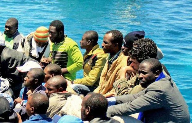 Refugiados llegando a las costas de Italia. / Kate Tomas, IRIN,refugiados italia