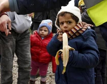 Niños rescatados, en Lesbos. / Reuters