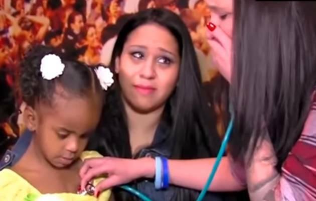 Heather Clark escucha latir el corazón de su hijo en una captura del video / youtube,Heather Clark, corazón hijo