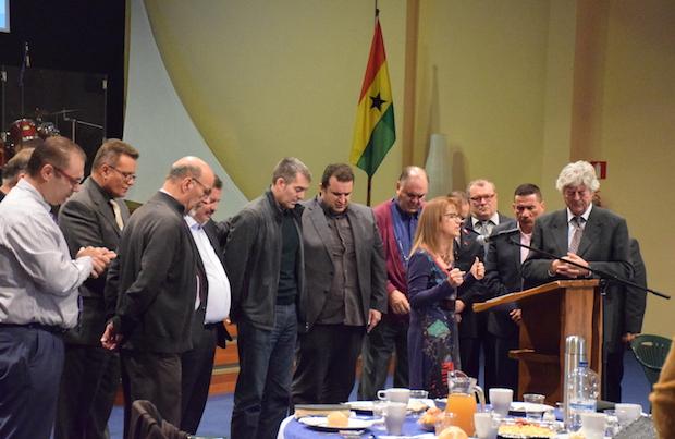 Momentos de oración durante el desayuno de oración. / CEC,consejo evangelico de canarias fernando clavijo