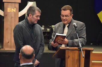Entrega de una Biblia al presidente Fernando Clavijo. / CEC