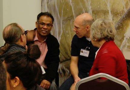 Los asistentes debaten en grupos pequeños. / Joel Forster