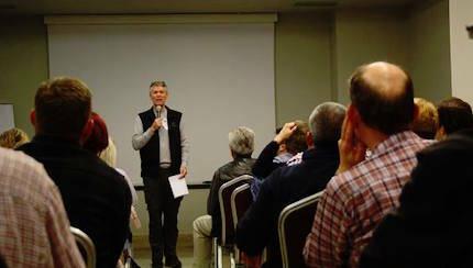 Se ofrecen conferencias con temáticas específicas sobre atención a refugiados. / Joel Forster