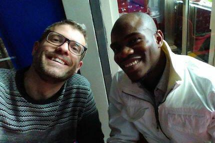 Joel Forster, junto a J., uno de los refugiados que ha asistido al encuentro. / JF
