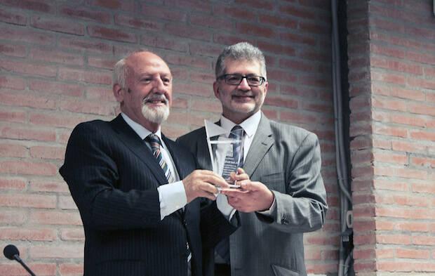 José María Calviño recibe el premio de manos de Pedro Tarquis, director de Protestante Digital. / Marina Acuña,calviño tarquis premio unamuno