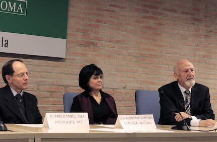 Pablo Martínez y Asun Quintana, junto al premiado. / Marina Acuña