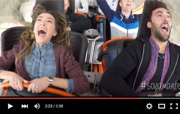 Una imagen del video de la campaña / youtube,montaña rusa, pareja enamorada