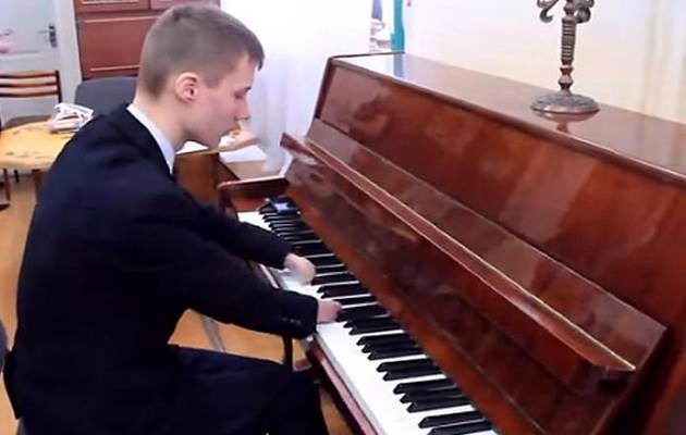 Alexey tocando el piano / youtube,Alexey Romanov, pianista sin manos
