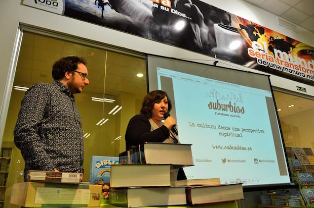 Daniel Jándula y Noa Alarcón, presentando la plataforma Suburbios, en la Librería Abba de Barcelona. / Jordi Torrents,suburbios daniel jandula noa alarcon