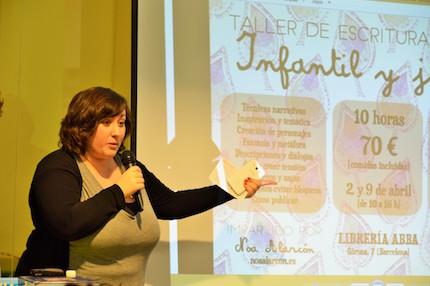 Noa Alarcón, explicando los talleres. / J. Torrents