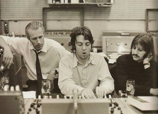 George Martin, con dos de los Beatles, en los estudios de Abbey Road. / EMI,george martin beatles