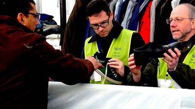 Voluntarios de la iglesia evangélica en Cerdanyola del Vallés entregan zapatos a refugiados, en Slavonski Brod, Croacia. / Rebost Solidari de Cerdanyola,voluntarios zapatos refugiados