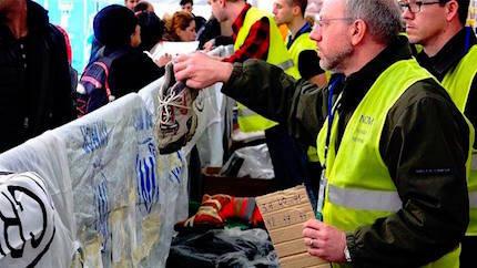 Los zapatos se entregaron en mano a cientos de refugiados. / Rebost Solidari