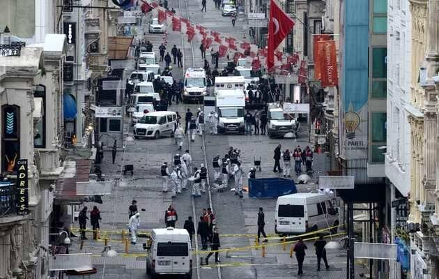 La policía turca y los servicios de emergencia ayudan a las víctimas del atentado terrorista cerca de la plaza de Taskim e inspeccionan el lugar de los hechos / Reuters,atentado estambul, terrorismo turquía
