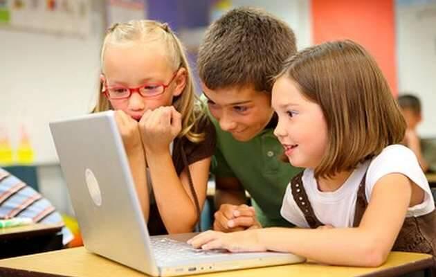 Niños navegando en internet / Imagen de archivo,niños, internet