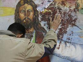 <p> Un egipcio, ante un mural en Beni Suef. / RT</p> ,