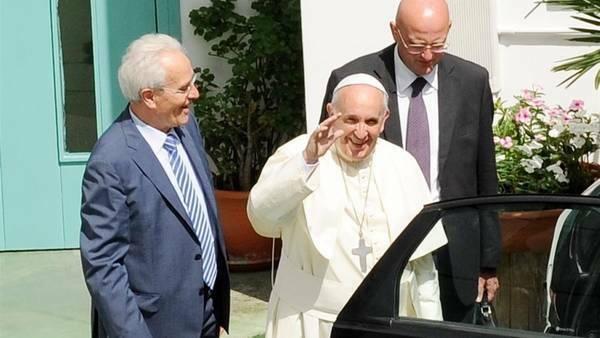 Francisco, en su visita a la iglesia pentecostal de Caserta, con el pastor Traettino, en 2014. / Archivo,francisco traettino