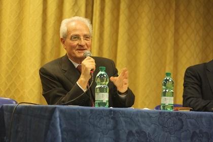 Giovanni Traettino, exponiendo sus posiciones durante la asamblea de la AEI, en Roma. / J. Forster