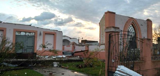 El templo de la iglesia evangélica valdense en Dolores, tras el paso del tornado.,valdense tornado