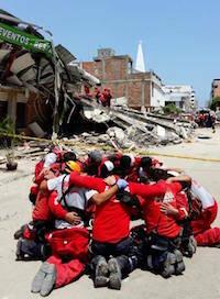 Equipo de rescate se reúne para orar.