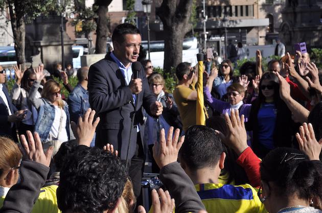 Momentos de oración por Ecuador, en la Plaza de Cataluña. / Moisés Fernández,oracion ecuador