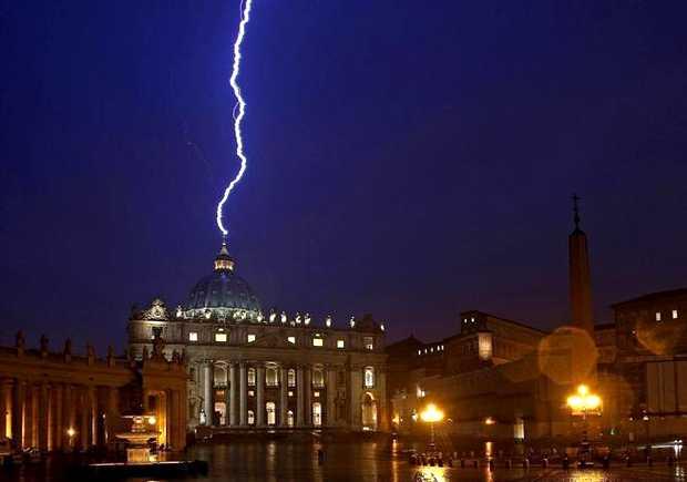 <p> Un rayo cae sobre el Vaticano el d&iacute;a de la renuncia de Benedicto XVI / Efe</p> ,
