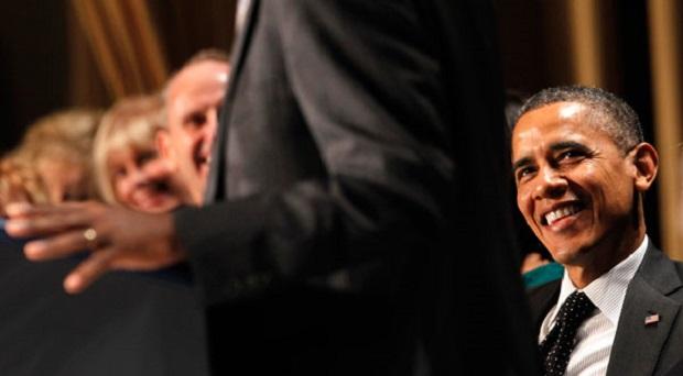 <p> El presidente Obama sonr&iacute;e durante el discurso de Benjamin Carson, en el Desayuno Nacional de Oraci&oacute;n. /CP</p> ,