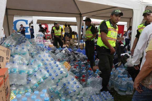 La donación de agua potable sigue siendo imprescindible en algunas zonas. / Andes,agua potable