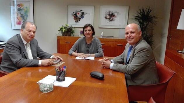 La consejera de Sanidad, Encarna Guillén, con Francisco Agulló, gerente del SMS, y Ángel Zapata, presidente del CERM.,murcia capellania