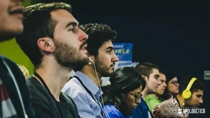 Algunos de los asistentes, escuchando la traducción simultánea. / J.P. Serrano