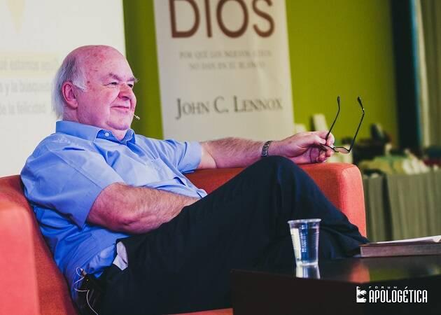 John Lennox, respondiendo a preguntas en una de las plenarias de Fórum Apologética 2016. / Juan Pablo Serrano,Lennox, españa